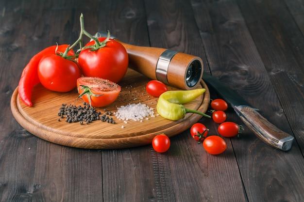 Przyprawy pieprzowe i solne oraz pomidory.