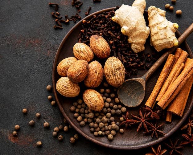 Przyprawy piernikowe na łupku - anyż, cynamon, goździki, gałka muszkatołowa, imbir, kardamon, czarny pieprz
