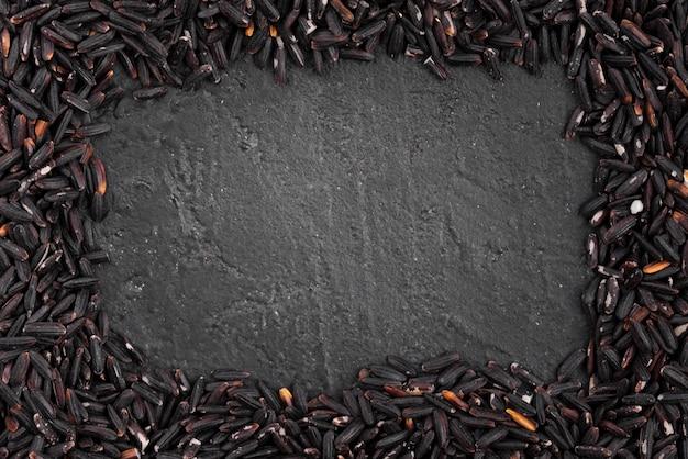 Przyprawy ramki z łupków w tle
