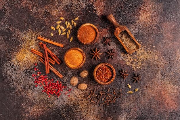 Przyprawy składniki do gotowania. koncepcja przypraw. widok z góry.