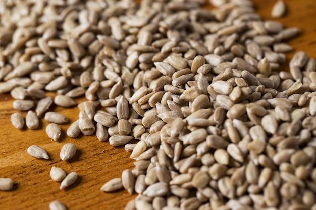 Przyprawy. sterty nasion na stole