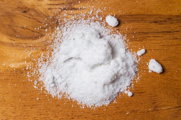 Przyprawy. sterty soli na stole
