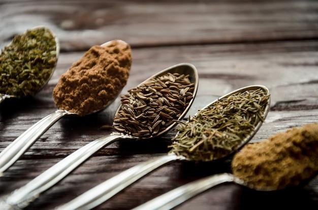 Przyprawy w łyżkach - kolendra, kminek, tymianek, zioła prowansalskie, mielona gałka muszkatołowa