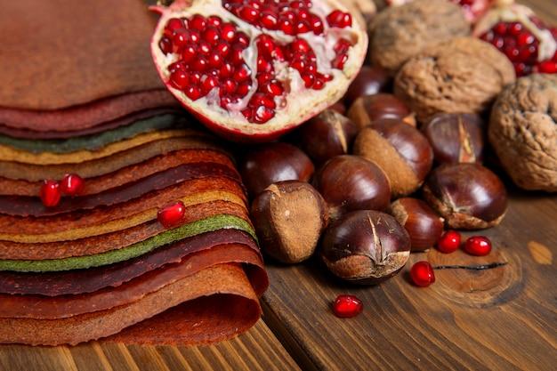 Przyprawy w proszku, owoce, orzechy na drewnianym stole