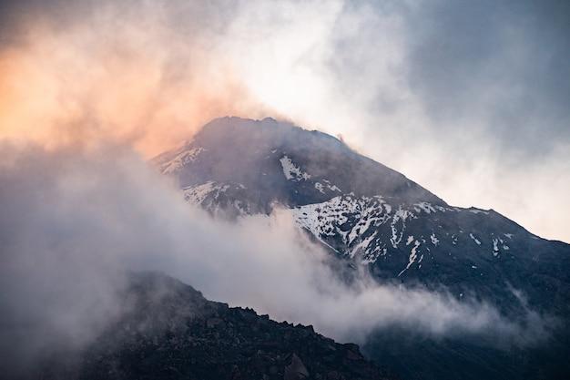 Przyroda kamczatki - piękny krajobraz wulkaniczny: widok na wulkan kamen, aktywny wulkan klyuchevskoy i aktywny wulkan bezymianny.