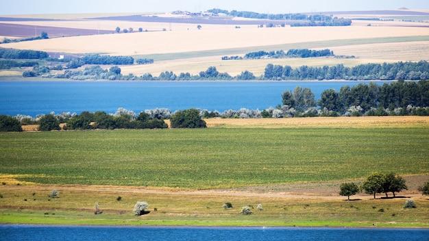 Przyroda mołdawii, łąka z wiejską drogą i zielenią