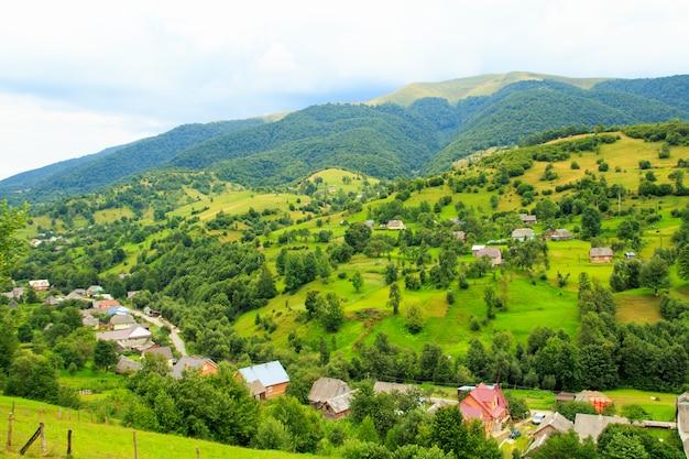 Przyroda w górach, piękne krajobrazy, piękna górska sceneria, karpaty