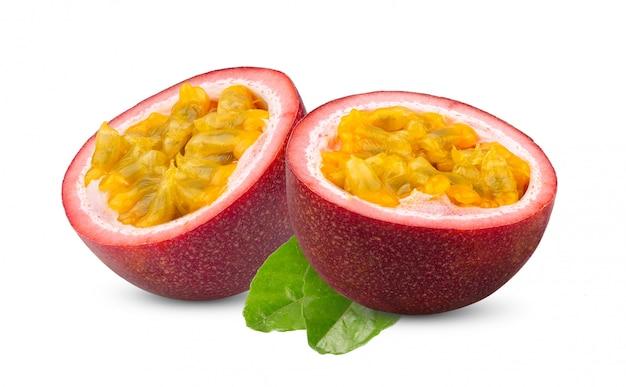 Przyrodnia pasyjna owoc z liściem odizolowywającym na bielu