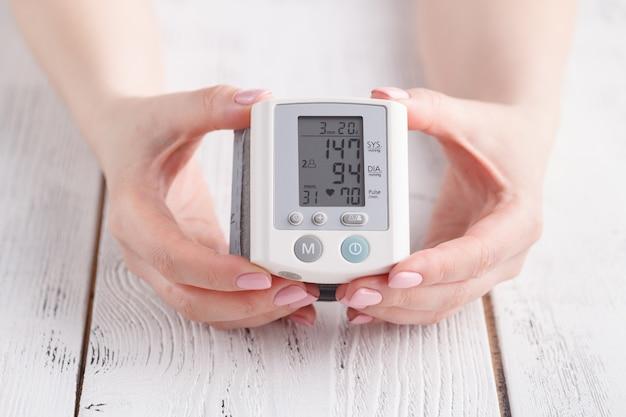 Przyrząd do pomiaru ciśnienia krwi. wyświetlacz pokazuje wysokie ciśnienie krwi