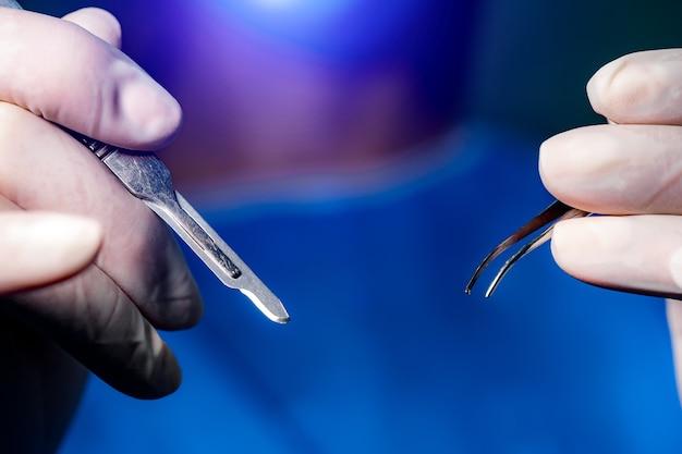 Przyrządy do przeprowadzania operacji chirurgicznych na oczach. widok z tyłu. pojęcie medyczne. zbliżenie