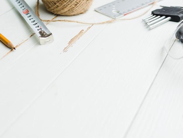 Przyrządy pomiarowe w pobliżu motka sznurka i dysz do perforatora
