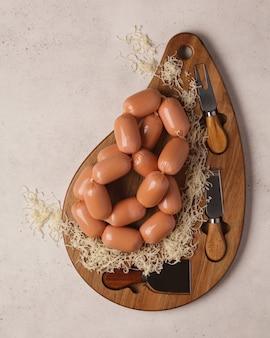 Przysmaki mięsne na świąteczny stół. parówki hot dog