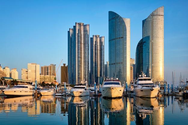 Przystań busan z jachtami na zachodzie słońca, korea południowa