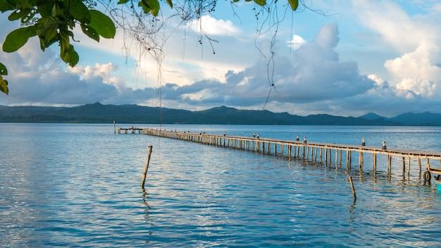Przystań stacji nurkowej na wyspie kri. clound powyżej gam island. raja ampat, indonezja, papua zachodnia.