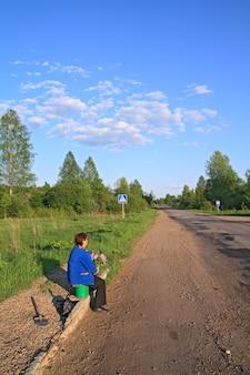 Przystanek autobusowy na wiejskiej drodze