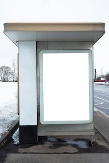 Przystanek autobusowy w mieście. znak reklamowy, puste miejsce na napis, miejsce na kopię, makieta