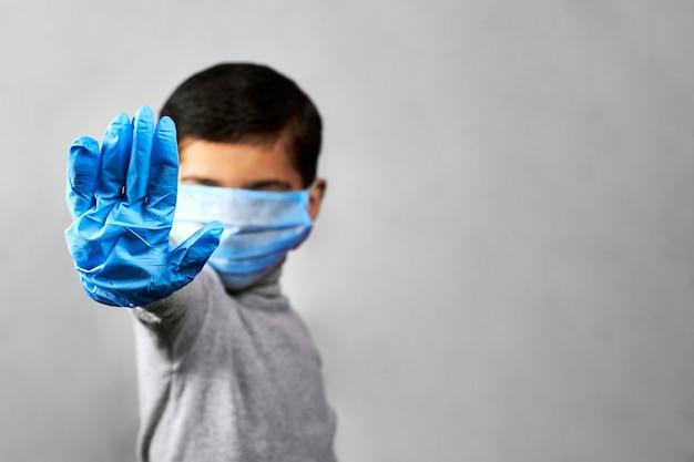 Przystanek na rękę - 7-letni chłopiec w medycznej masce i rękawiczkach