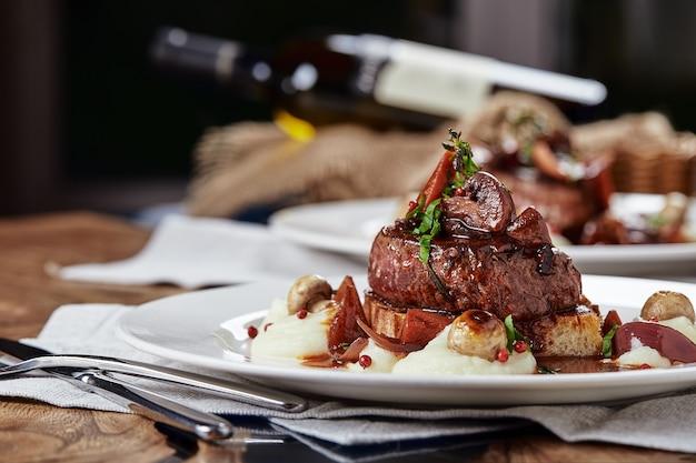 Przystawka dla smakoszy: pięknie udekorowane cateringowe foie gras z jagodami.
