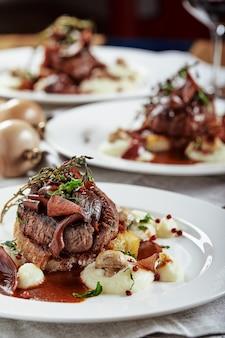 Przystawka Dla Smakoszy: Pięknie Udekorowane Cateringowe Foie Gras Z Jagodami. Premium Zdjęcia
