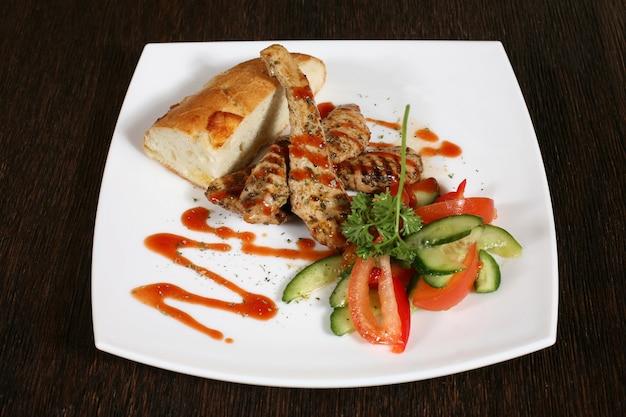 Przystawka z grillowanego mięsa w sosie i warzywach