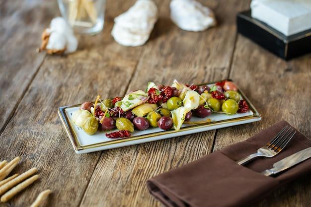 Przystawki do wina oliwki karczochy i pomidory