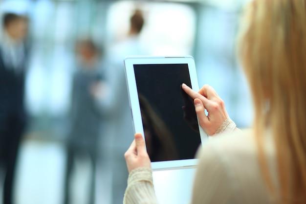 Przystojna bizneswoman używająca swojego cyfrowego tabletu
