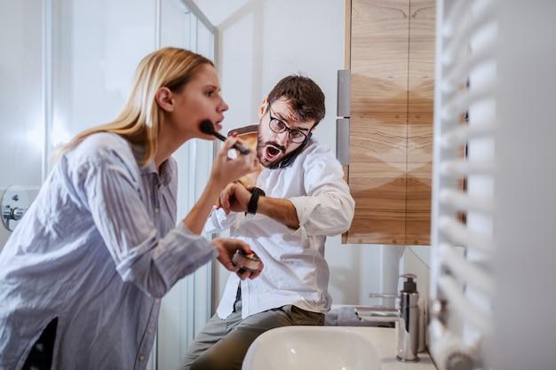 Przystojna caucasian pary pozycja w łazience i narządzanie dla pracy.