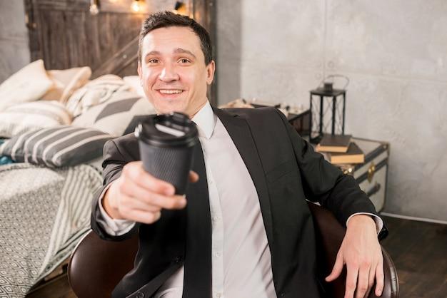 Przystojna męska ofiary kawa w papierowej filiżance