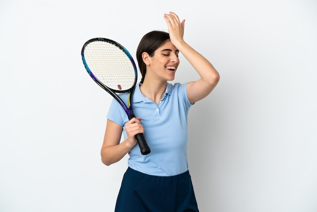 Przystojna młoda tenisistka kaukaska kobieta na białym tle uświadomiła sobie coś i zamierza znaleźć rozwiązanie