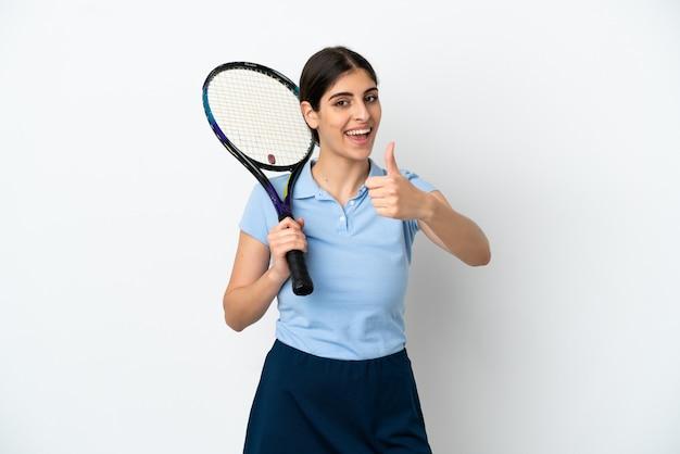 Przystojna młoda tenisistka kaukaska kobieta na białym tle z kciukami do góry, ponieważ stało się coś dobrego
