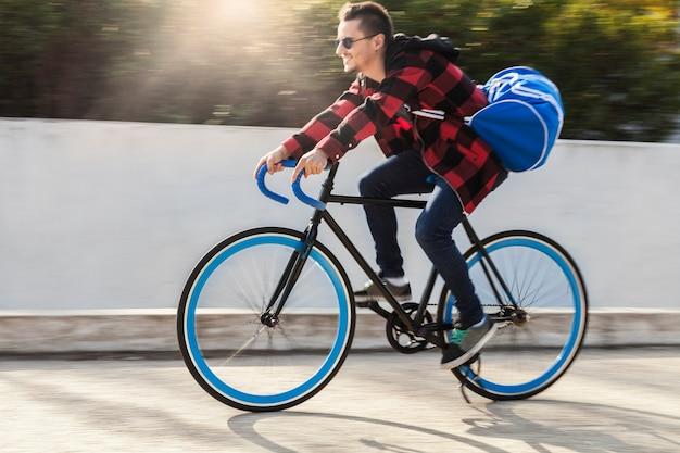 Przystojnego mężczyzna jeździecki bicykl na ulicie