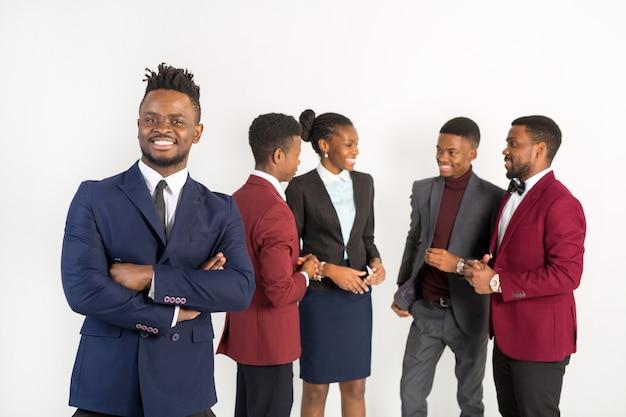 Przystojni afrykanie w garniturach na białym tle