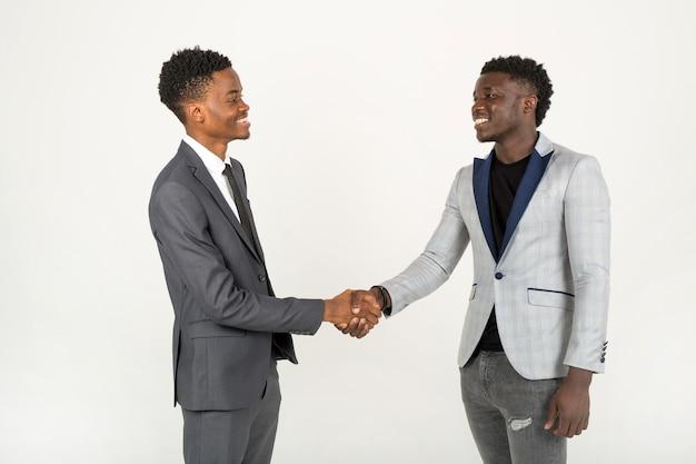 Przystojni afrykańscy mężczyźni w garniturach