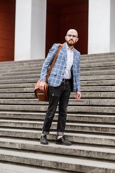 Przystojni eksperci ds. marketingu w eleganckim, formalnym garniturze spacerujący ulicą miasta wybierają się na konferencję
