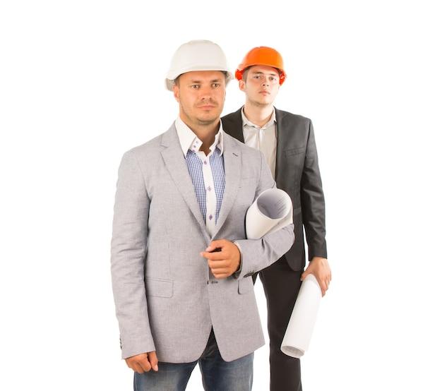 Przystojni młodzi inżynierowie rasy kaukaskiej w szarych i czarnych płaszczach. na białym tle.