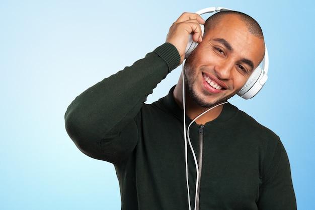 Przystojny afro amerykanin słucha muzyki