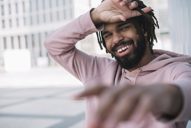 Przystojny afroamerican człowiek śmiechu