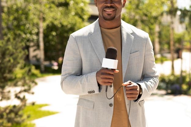 Przystojny afroamerykanin męski dziennikarz