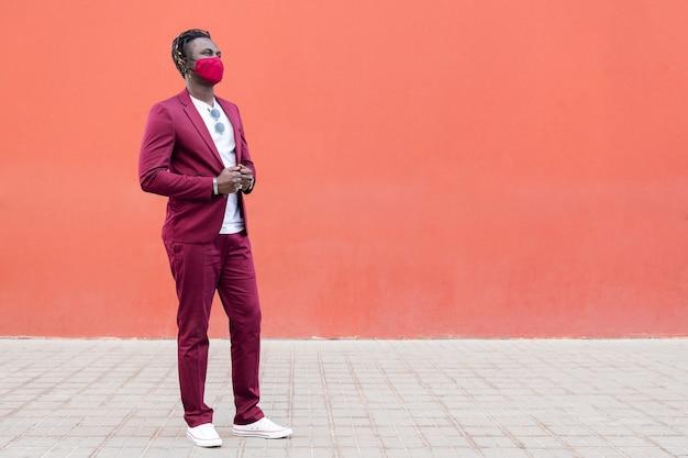 Przystojny afrykański mężczyzna w masce pasującej do garnituru