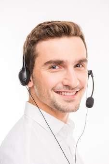 Przystojny agent doradzający klientom przez telefon uśmiechnięty