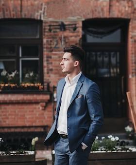 Przystojny, ambitny mężczyzna w garniturze. pomysł na biznes