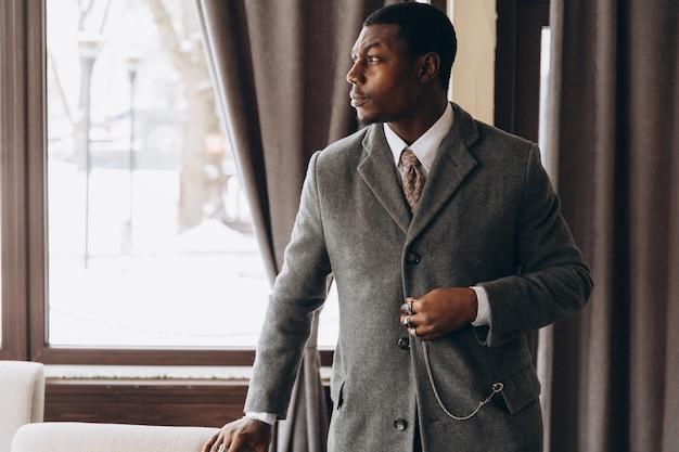 Przystojny amerykanina afrykańskiego pochodzenia biznesmen w restauraci.
