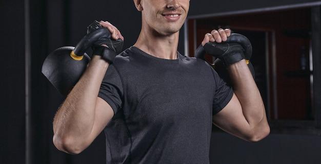 Przystojny atletyczny facet trening z kettlebell