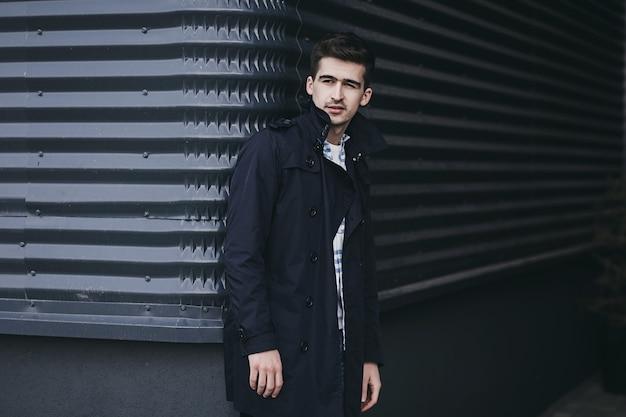 Przystojny atrakcyjny mężczyzna hipster facet w stylu casual