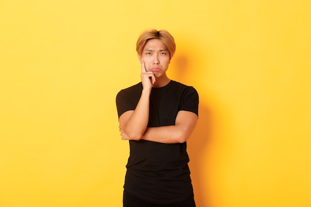 Przystojny azjatycki blondyn pozowanie