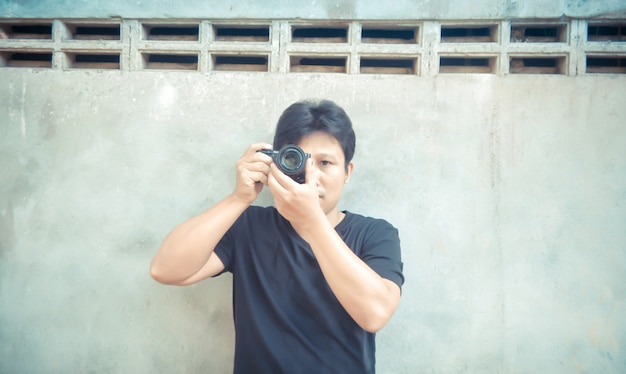 Przystojny azjatycki facet bierze fotografię z kamerą