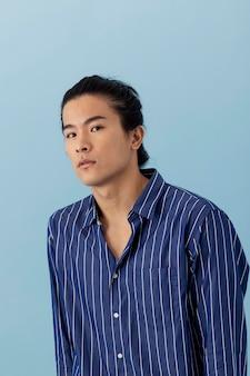 Przystojny azjatycki mężczyzna pozuje