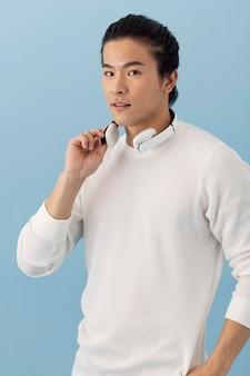 Przystojny azjatycki mężczyzna ze słuchawkami