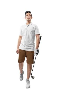 Przystojny azjatykci mężczyzna trzyma żelaznego klubu golfowego odprowadzenie w białych ubraniach