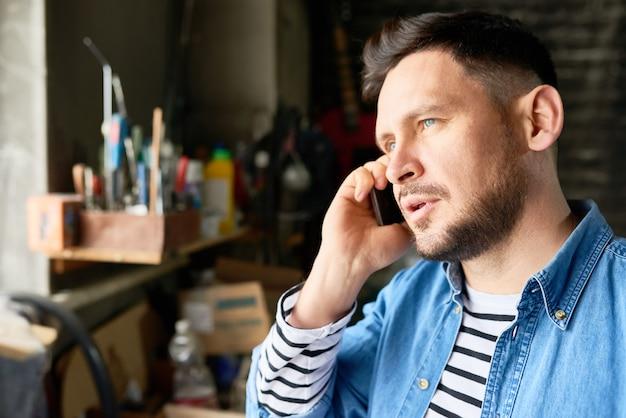 Przystojny beraded man rozmawia przez telefon